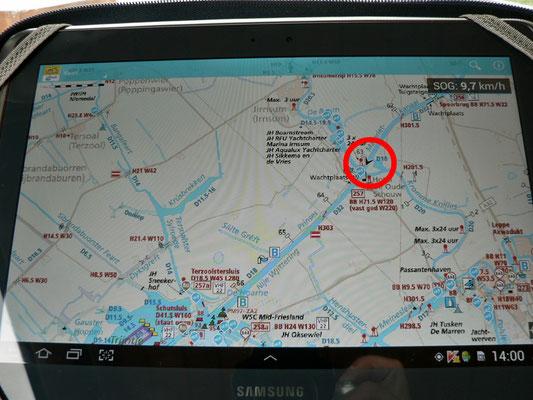 Die ANWB - Waterkaart auf dem Tablet, echt gut. Roter Kreis, da sind wir gerade.