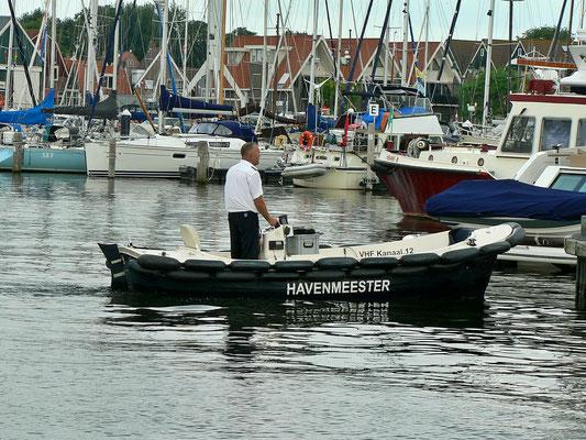 Hafenmeister kommt mit der Schaluppe