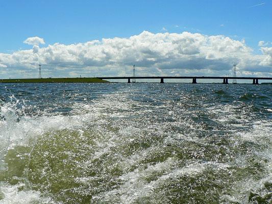 Auf dem Ijsselmeer. Im Hintergrund die Ketelbrug.