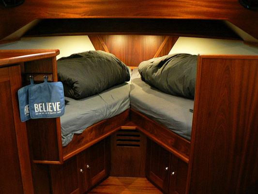 Das sehr bequemen V - Bett mit Lattenboden unter den Matratzen