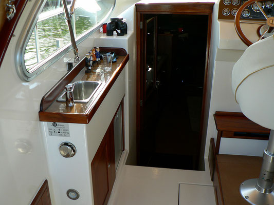 Kleines Waschbecken mit separatem Kühlschrank 50 L