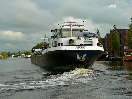 Recht große Schiffe fahren durch Alkmaar