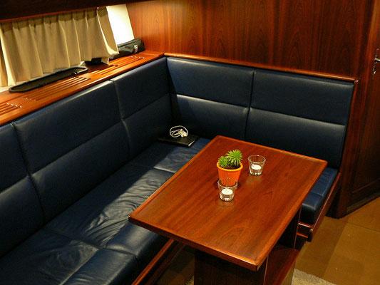 Gemütliche Sitzecke an Steuerbord