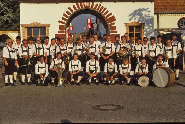 """Musikkapelle vor der """"Klosterpforte"""" beim Klosterfest 1991"""