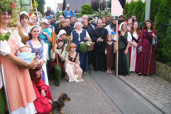 Abordnung historisch gekleideter Personen nach dem Umzug in einem Nachbarort.