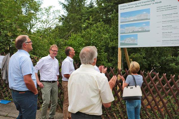 Enthüllung der Planungstafel zum Forsthausumbau