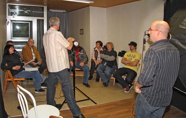 Erste Gehversuche: Peter Kern und Bernhard Mohr weisen einen Teil der Mitglieder ein.