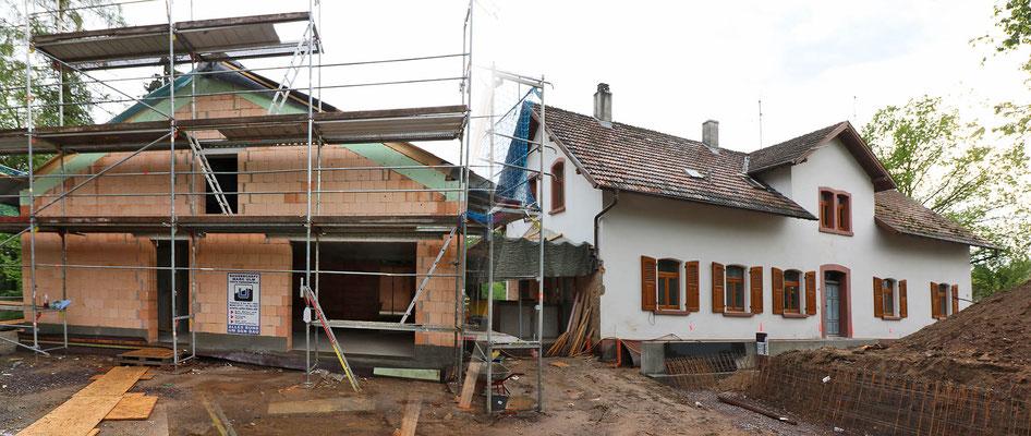 """In der Totalen: Das """"Alte Forsthaus"""" und der Anbau."""