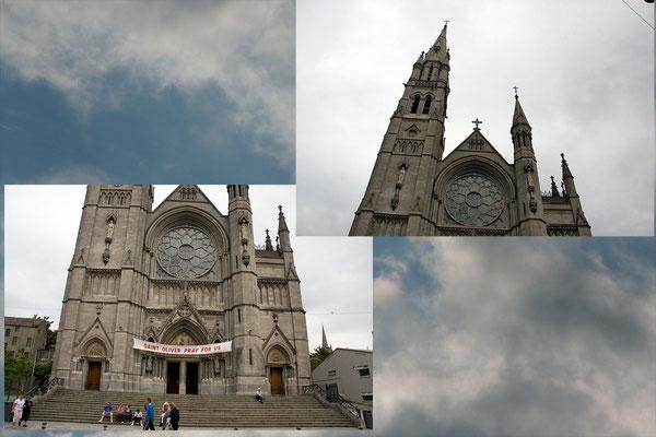 Diese Kirche ließ sich nicht auf einmal aufnehmen, da sie in einer engen Straße steht. Deshalb sind 2 Aufnahmen nötig. Dazu eine weitere Aufnahme von einem Wolkenhimmel.
