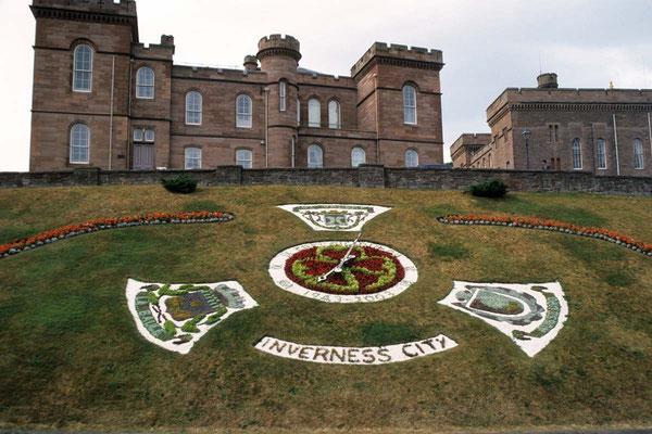 Vorher. In Inverness in Schottland entstand diese Aufnahme. Das Haupaugenmerk lag auf der Fläche im Vordergrund. Dabei hat der Fotograf jedoch versehentlich das Gebäude oben abgeschnitten. Ist da noch etwas zu retten???