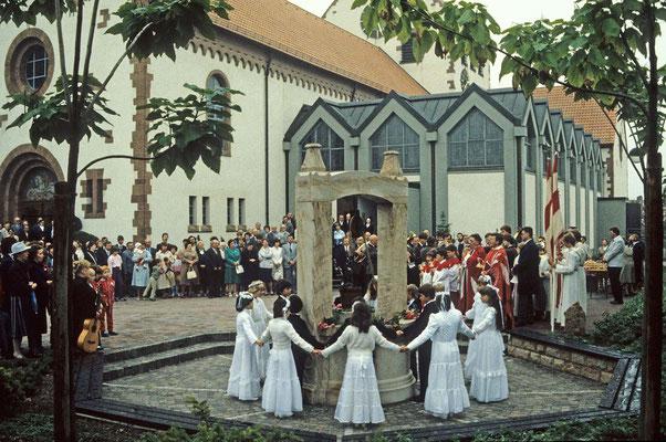 Der Brunnen vor der umgebauten Pfarrkirche wird eingeweiht.