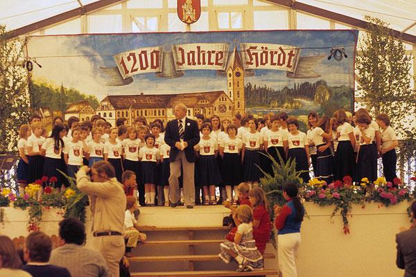 Schulchor unter der Leitung von Rektor Kurzmeier bei der 1200Jahrfeier 1980