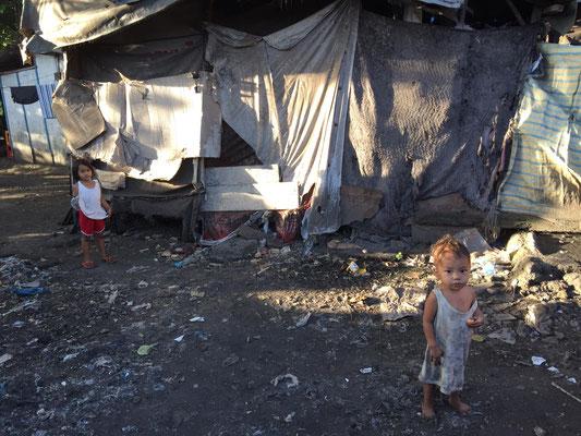 Kinder auf dem Müllberg von Cebu. Sie beuchen keine Schule, weil sie beim Müllsammeln helfen müssen.