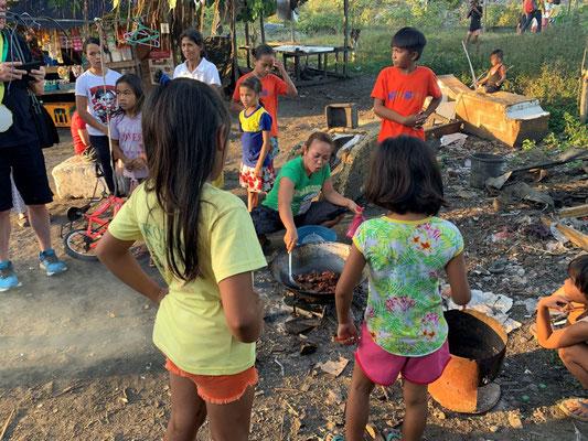 """Müllberg Cebu – Dies und Reis ist das Abendessen einer Familie mit sechs Kindern – die Fleischabfälle wurden auf dem Müllberg """"ausgegraben"""""""