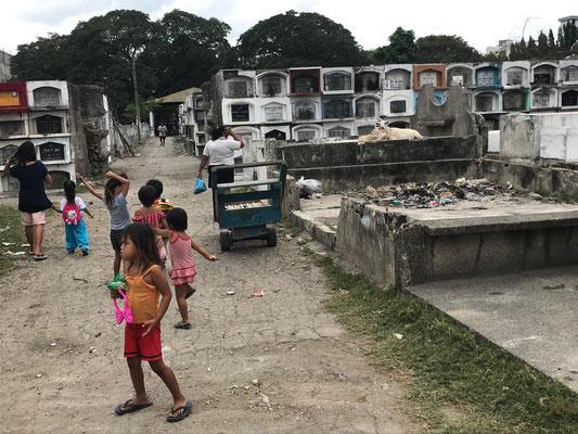 Kinder leben auf dem Friedhof von Cebu und haben keine Chance diesem Schicksal zu entrinnen
