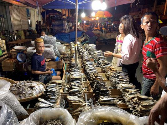 """Cebu – wer ein paar pesos hat kauft sich zum Reis """"Fisch"""""""
