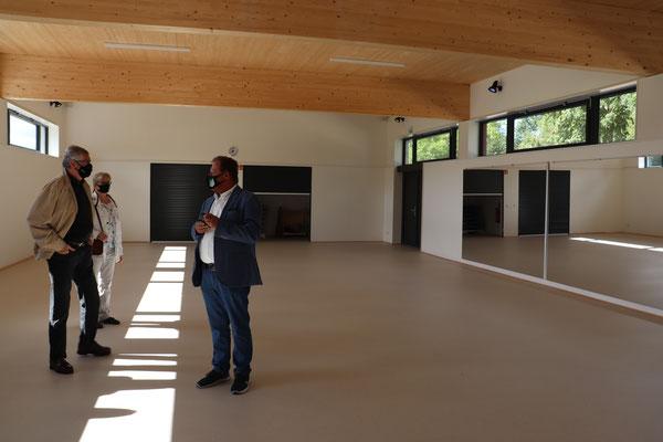 Ein Blick in unsere neue Mehrzweckhalle mit den beiden Rolltoren am Hallenende für die Sportgeräte.
