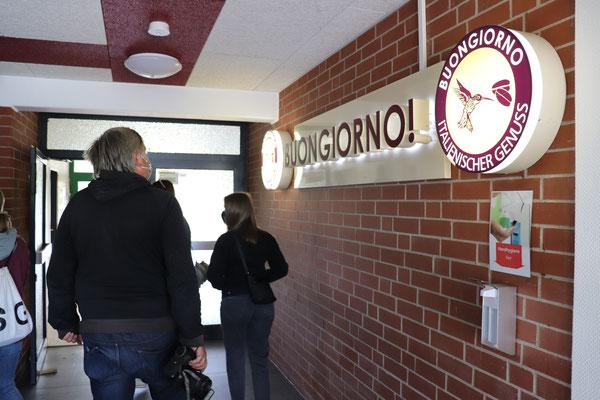 """Am """"alten"""" Eingang trifft alt auf neu. Die Fassade wurde in das neue Gebäude integriert. Auch neu: unsere Gastronomie """"Buon Giorno""""."""