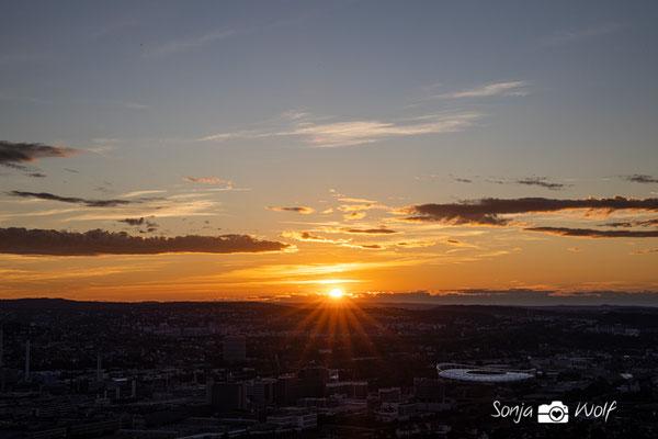 Sonnenuntergang mit Mercedes-Benz-Arena