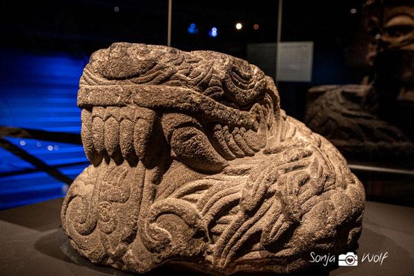 Steinskulptur in Form einer gefiederten Schlange