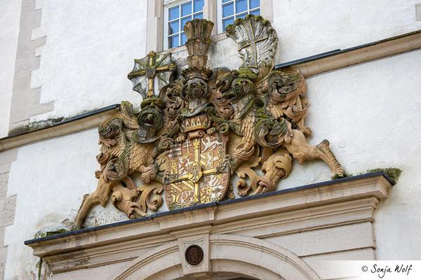 Wappen über dem Hauptportal des Schlosses
