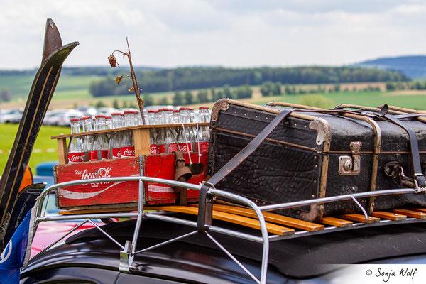 VW Käfer - Coca-Cola-Flaschen und Koffer auf dem Dach