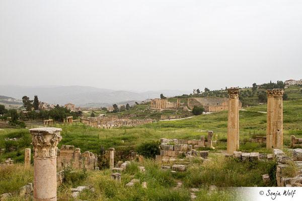 Blick zum Hadrianstor, Forum, Zeustempel und Südtheater