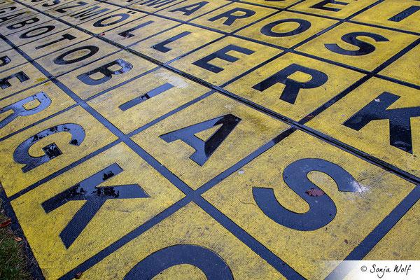 Schwarz-gelbes Buchstabenfeld