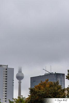 Fernsehturm in den Wolken