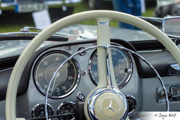 Mercedes Armaturenbrett und Holzlenkrad