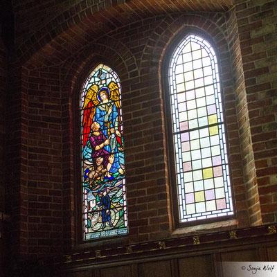 Kirchenfenster mit Mary Eleonor Watson auf dem Fahrrad