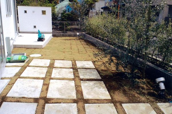 コンクリ-ト板石を敷き間にも芝を張りました