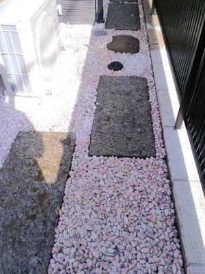 御影石の板石、防草シート、砂利敷〈ピンク〉