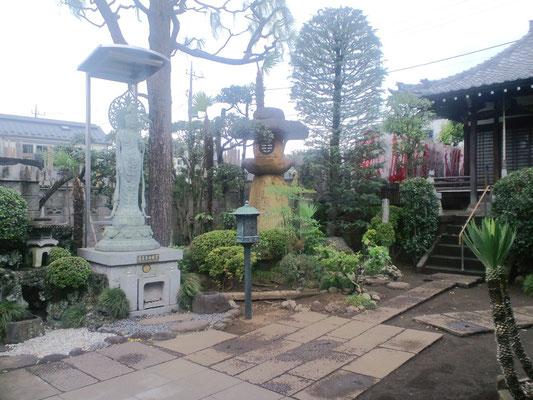 聖観世音菩薩と燈籠とヒマラヤ杉