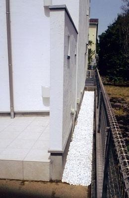 防草シートの上白砂利を敷きました