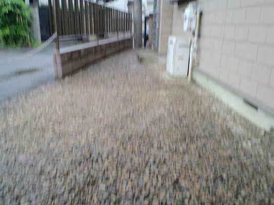 敷地内 防草シートと砂利