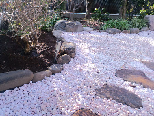 飛石設置、防草シート、砂利敷き〈ピンク〉