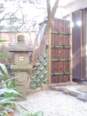 燈籠と黒竹袖垣