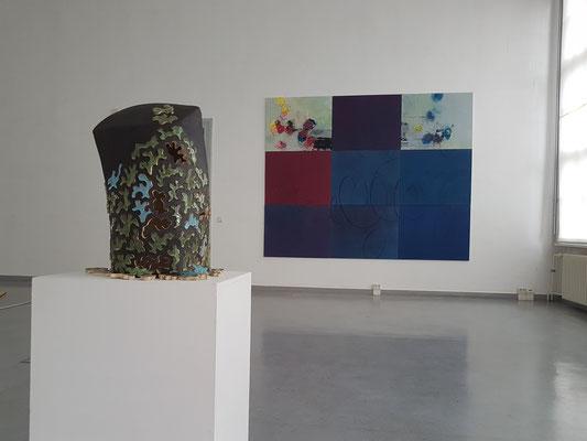 Hasufraß II, 2018, Steinzeug, Glasur, viele Teile, im Hintergrund: Uschi Niehaus