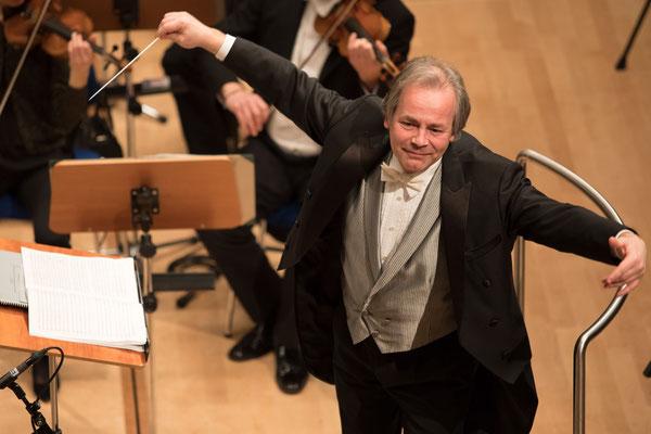 Axel Kober ist ein deutscher Dirigent und Generalmusikdirektor der Deutschen Oper am Rhein