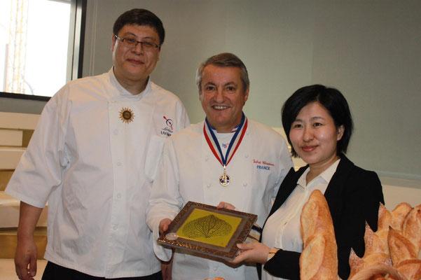 Ce dessous de plat en lave émaillée a été offert à Monsieur XIMIN LIU et COCO WANG, Dirigeants de l'Institut Culinaire Français L'AROME à SHANGHAI où Christian Vabret développe la formation à la boulangerie artisanale française.