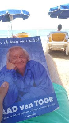 Robin Smeenk op vakantie met een heel goed boek! :-)