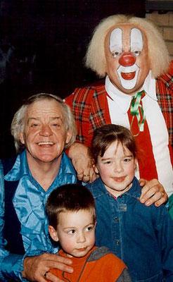 Linde en Thijs Davelaar met Bassie en Adriaan in 1996 in Deventer.