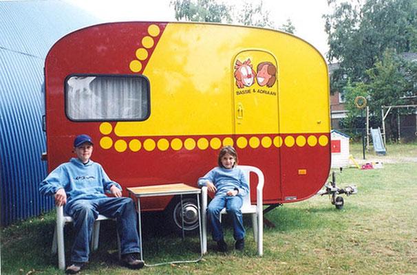 Thomas en Aniek Legebeke voor de caravan in 2004 tijdens de Bassie en Adriaan tentoonstelling in het 'TV Toys Museum' in Dieren
