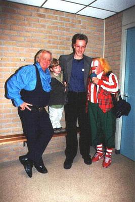 Mario Meijer (rechts) en zijn broertje Thom met Bassie en Adriaan in 2002.