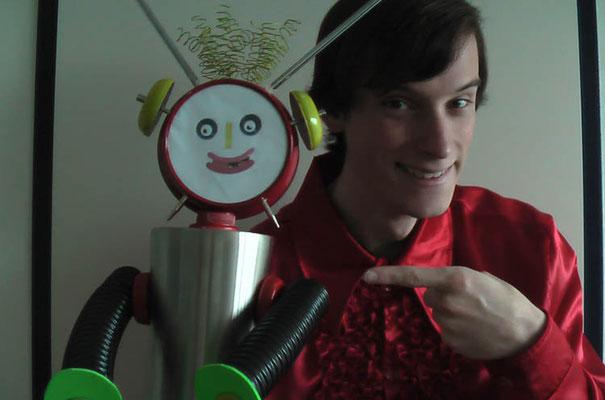Jelger Dees met zijn eigengemaakte Robin de Robot.