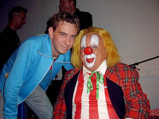 Jan van Gorsselen met Bassie tijdens de opening van de B&A tentoonstelling in Dieren in 2003.