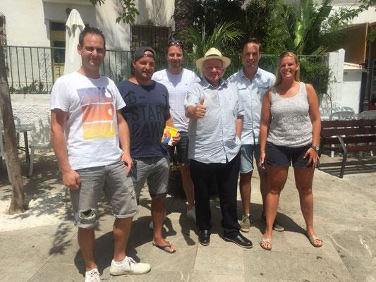 Jori, Roy, Theo, Thom en Amy op 6 augustus met Adriaan in Benalmàdena.