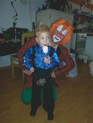 Papa Bjorn en Antonie als Bassie en Adriaan tijdens Halloween.