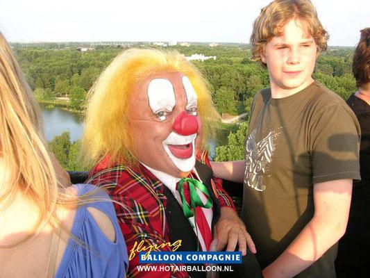 Maurice Emmers op 30 juni 2010 met Bassie in de grote Bassie en Adriaan heteluchtballon.